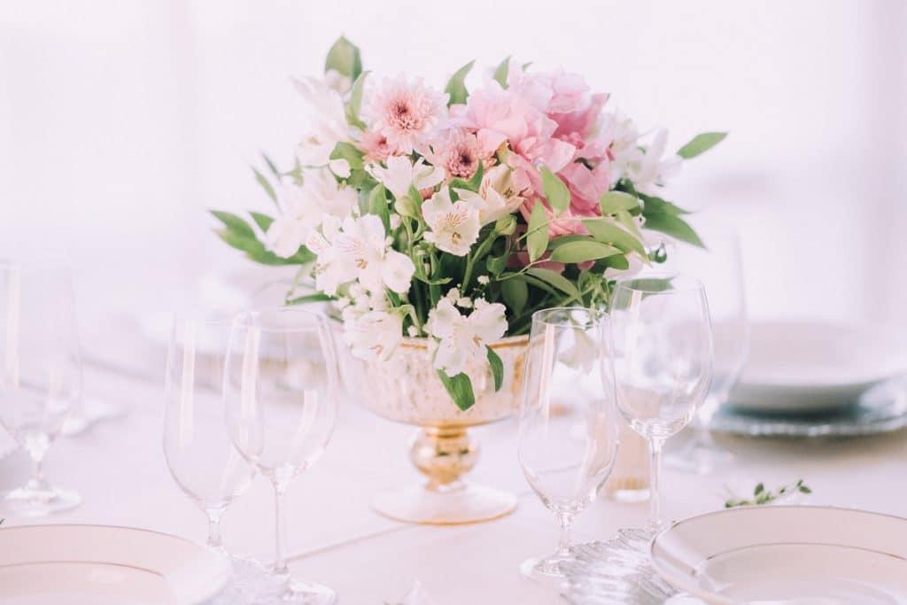 Les décorations florales sur la table de mariage