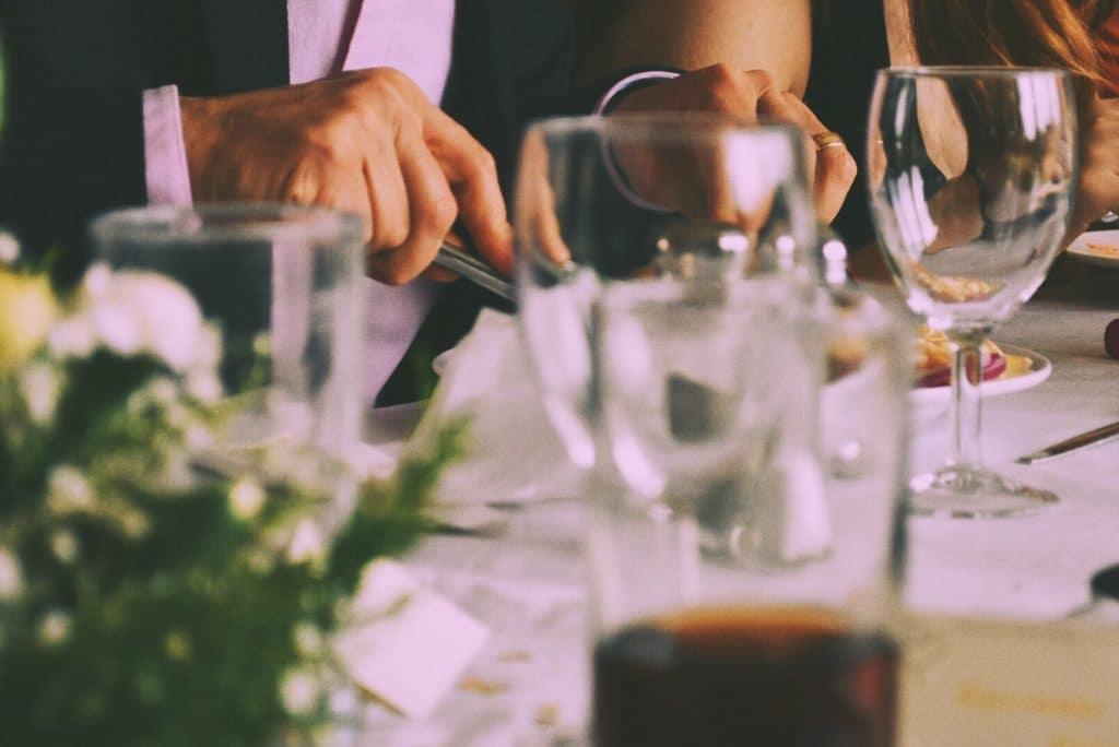 Le choix de la vaisselle sur une table de mariage